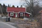 Når vi kjører inn i Maridalen møter vi den første husmannsplassen Engelsrud, hvor stue og uthus er bevart