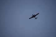 Har et øye opp i luften også og her kommer det et fly