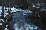 Nå står jeg ved brua hvor Skarselva renner, like ved der hvor Gamle Maridalsvei og Maridalsveien møtes