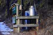 I gamle dager kjørte sikkert melkebilen rundt her og hentet og leverte melkespann