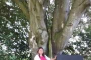 Tirsdag - mens vi er inne og leter etter deler finner jentene et magisk tre