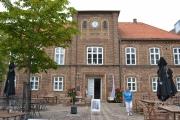 Mandag - byens gamle rådhus, og skulpturen til venstre blir senket ned i bakken hver natt