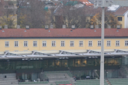 Men så dere bygningene bak tribunen? Der ser vi noen pene og fine bygninger fra 1930 åra. Og det kan vi takke Arkitektene Nicolai Beer og Egil Haanshus for