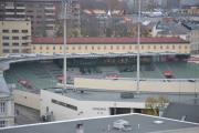 Men beklager, jeg ramler tilbake til Bislett stadion. Det er jo et av Norges kjente idrettsanlegg og har et areal på 18 000 m2 som kan romme 15 000 personer i dag. Stadion oppfyller nå de internasjonale kravene som må til, enn så lenge