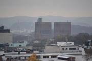 Vi kan også se Rådhuset herfra, og tårnene er ikke like høye. Det ene er 63 og det andre er 66 meter