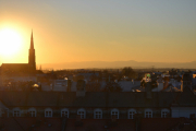 Jeg snur meg rundt mot solen igjen og ser solen mot Uranienborg kirke