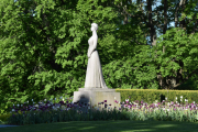 Statuen av Dronning Maud ble avduket av Kong Olav i 1959, samme året som jeg ble født det
