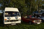 Men nå har vi to biler vi skal dokumentere, vi begynner fra venstre. Det er en Volkswagen LT31D fra 1985. Den til høyre er en Volvo 144 fra 1974. Vi skal hilse på eieren litt senere i kveld