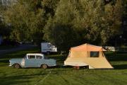 Bilen nederst på plassen er en Opel og campingvognen må du lete langt etter. Resten må du gjette selv