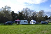 Fredag. Men Norsk Tempoklubb er på plass allerede med teltet sitt.