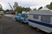 Her kommer det en Chevrolet med campingvogn på slep, god gammel årgang dette også
