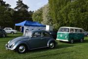 Vi går rett ovenfor og der er det to Volkswagen, den fremst er en Volkswagen 1, 1954 og den bak en Volkswagen 21, 1968