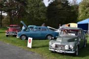 Vi er ved Østfold Veteran Vogn Klubb og vi tar den lengst til vestre og så lengst til høyre. Begynner med Volvo P 544 Sport, 1961 modell, så Volvo P 55434 fra 1960