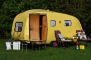 Jeg lovet dere et bilde av campingvogna i solskinn, her får dere bilde