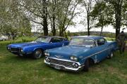 To nye tøffe biler på plassen, til venstre ser vi en Ford Tunderbird, modell 1970 og til høyre en Chevrolet Impala men i eldre årgang. Denne modellen er fra 1958, et år før jeg ble født