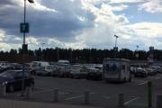 Vi har parkert på parkeringsplassen i Charlottenberg, nå er det bare å vente på de andre