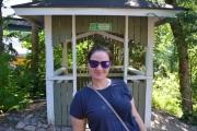 Fint bilde av Amanda og hun geiper ikke og bak henne ser du den eneste røykeplassen i parken