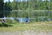 Etter frokosten benytter Amanda tiden til å ta noen bilder ved vannet