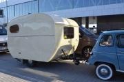 Renault 4 med campingvogn på slep er ikke så ofte man for se