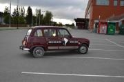Her kommer redaktøren i sin Renault 4