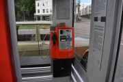 Som vi ser er dette et telefonapparat av den eldre typen men telefonkiosken har ikke tråder i vinduet. Legg merke til det brukne telefonrøret og den tykke boken oppe på apparatet. Kan vanskelig se at dette kan bli en fin Lesekiosk