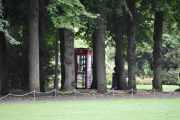 Jeg går inn porten og lokaliserer telefonkiosk nr. 7, husk at dette er min rekkefølge ettersom jeg finner dem