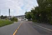 Nå er vi i Brobekkveien, veien fikk navn i 1925 etter plassen Brobekk. Vi er på vei til telefonkiosken som står i Refstadsvingen ved Bjerke Travbane