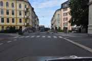 Jeg kjører ned Huitfeldts gate som ble oppkalt etter sjøoffiser Iver Huitfeldt i 1864 og svinger til høyre. Her står også el-sparkesyklene pent oppstilt