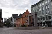 Vi tar en liten runde rundt Christiania Torv når vi først er her. Vi ser byens eldste rådhus fra 1641 og en moderne utforming av gapestokken som ble brukt ved offentlig pisking av forbrytere
