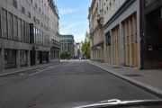 Nederst i Rosenkrantz' gate ligger telefonkiosken, men det er ikke bare å kjøre rett fram. Her har vi Grand Hotell til venstre og  Karl Johan Hotell til høyre