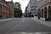 Vi svinger rund og kjører inn Stortings gata, vi ser Nationaltheatret til venstre og Theatercaféen til høyre