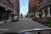 Her står også el-sparkesyklene pent oppstilt. Nederst ser vi Rådhusplassen og her må vi svinge til venstre for å komme til Rosenkrantz' gaten