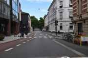 Vi kjører Kristian IVs gate, gaten fikk navn i 1852 etter kong Kristian IV. Her kunne nok el-sparkesyklene ha vært parkert bedre
