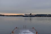 Men nå har jeg gått over broen og står på brygga mens Danskebåten kommer inn