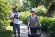Her er mor og sønn klar til og utforske botanisk hage