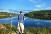Vi gjør et tappert forsøk med fiskestanga våres, men alt vi drar opp var gress og siv