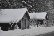 Hvorfor bygge garasjer så nærme veien? Ikke mulig å kjøre en bil inn der