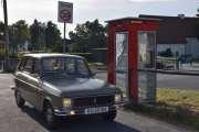 Den røde telefonkiosken står ved Vikingskipshuset som også blir kalt Vikingskipsmuseet og adressen er Huk Aveny 35