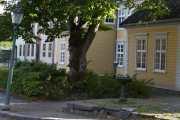 Til høyre her ser vi Chrystiegården som lå ved Brevik i 1761. Huset ble gjenoppført her fra 1946 og stod ferdig i 1971, skulle vært morsomt å gå inne i disse husene også hvor stilen er bevart