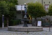 """Fontenen er en gave fra Eiendomsspar som ble gitt i 1994, den heter """"Kvinneskikkelse med Overflødighetshorn"""" og er laget i Paris. Like fransk som bilen min"""