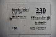 Men nå er vi ved bensinstasjonen på Norsk Folkemuseum. Dette er en kopi av en bensinstasjon fra Holmestrand fra 1928. Museets rødlakkerte Volkswagen 1967-modell står vanligvis parkert på stasjonen