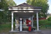 Bensinstasjonen ble bygd i betong i 1920-årene og solgte bensin til trafikantene på en av Norges viktigste hovedveier. Men hvis du skulle fylle bensin her? Ville du ha valgt den røde eller hvite pumpa?
