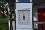 Mens jeg prøver å finne ut literprisen på Tiger bensinen spør guiden meg om jeg vil ta noen bilder inne også. Jeg svarer ja og hun tar en telefon, alarmen må nemlig slåes av