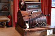 Jeg syns jeg hører lyden når skuffen spretter ut, et gammelt National kassa-apparat