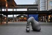 Når du kommer ut på den andre siden møter denne skulpturen deg, hva er det de har tenkt på her?