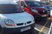 Åh, kjære du- her ser vi to Renault-er  parkert ved siden av hverandre, men har han stjålet det ene Renault logoen?