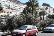 Men ferden går videre og dem finner noen biler til, tar jeg ikke feil er dette en eldre Renault Clio