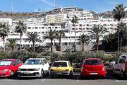 Jeg vedder på at den gule i midten er Renault, kanskje en Clio?