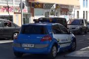 Åh, her tar han bilde av en lokal Politibil, Renault dette også. Men ser dere nøye etter er det en Renault til i bilde :-)