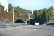 Fra Ryenkrysset dundrer vi rett ned i tunnelen mot sentrum og det er ikke en Renault vi har foran oss